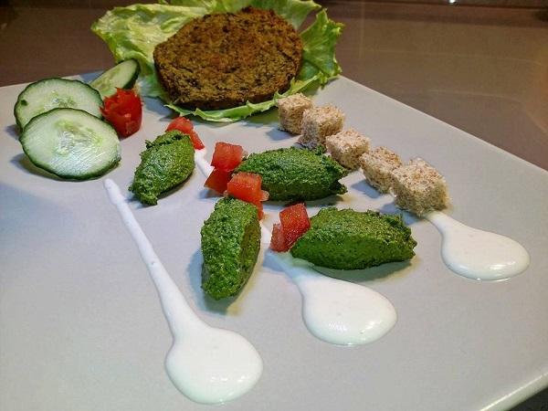 Burger Vegan con Barbabietola e Cime di Rapa Accompagnato da Pesto al Prezzemolo, Aneto e Cucuncini