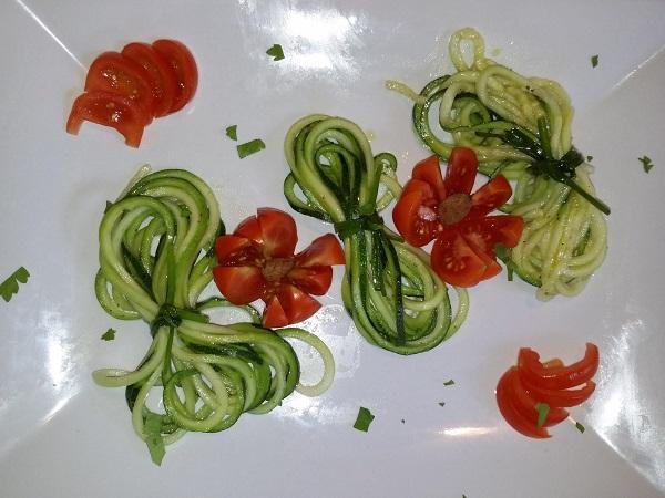 Nastrini Crudisti di Zucchina con Pinzimonio alle Alghe Miste e Limone Grattugiato