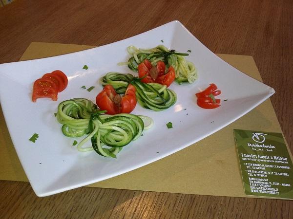Nastrini di Zucchina con Pinzimonio alle Alghe Miste e Limone Grattugiato