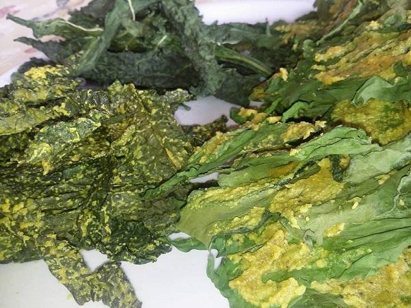 Patatine di Cavolo Nero con Pastella di Macadamia alla Curcuma