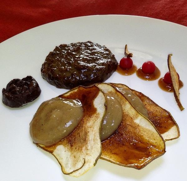 Sfoglie di Pera Essiccata Caramellata con Crema alla Nigella e Misto Croccante al Cioccolato