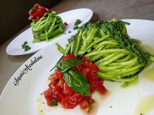 Spaghetti di Zucchine Raw con Pesto di Prezzemolo Zenzero e Limone